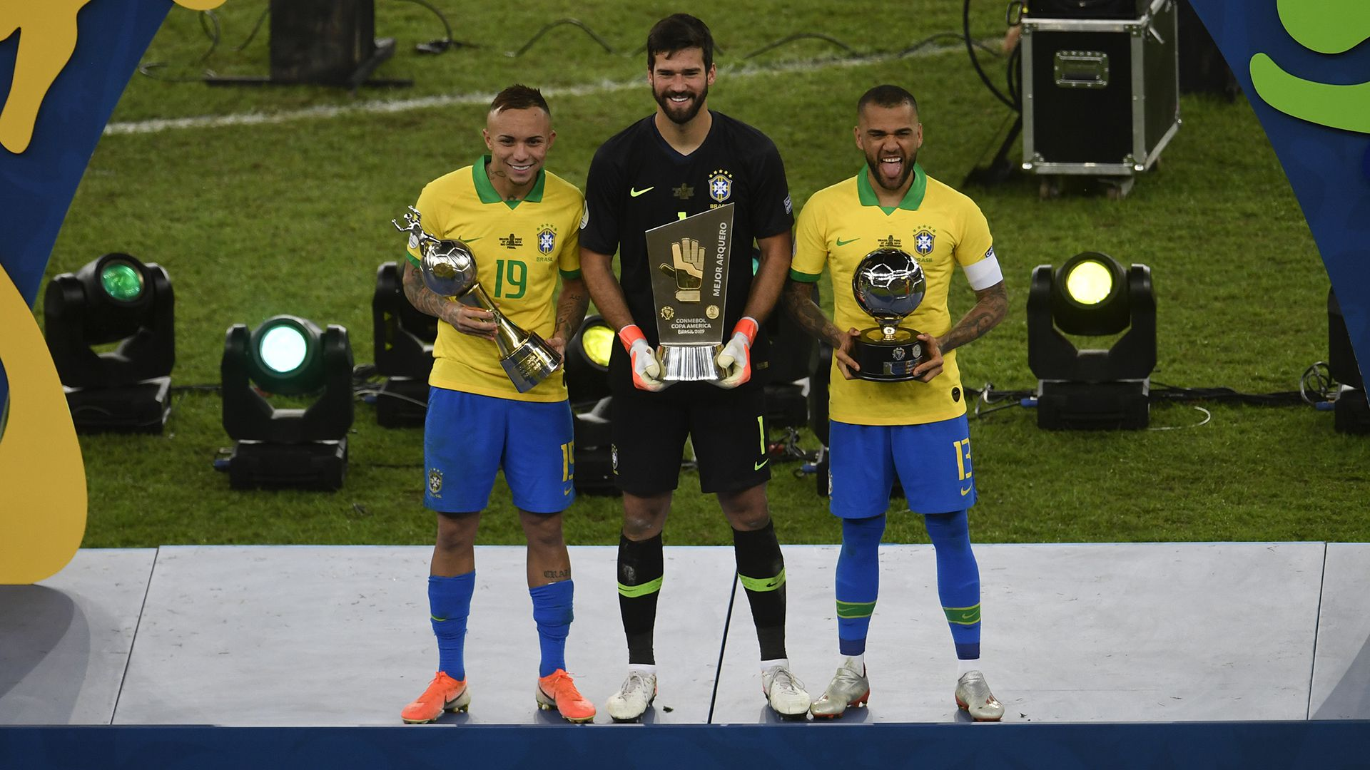 Everton, Alisson Becker y Dani alves con los premios a goleador, guante de oro y mejor jugador de la Copa América 2019.
