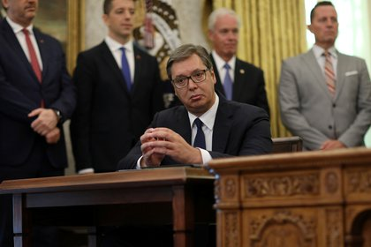 El presidente de Serbia, Aleksandar Vucic, escucha al presidente de los Estados Unidos, Donald Trump, durante una ceremonia de firma con el primer ministro de Kosovo, Avdullah Hoti, en la Casa Blanca en Washington, EE.UU., el 4 de septiembre de 2020. (REUTERS/Leah Millis)