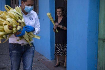Una mujer sonríe durante los festejos de Cristo Rey en Guatemala (AP Photo/Moises Castillo)