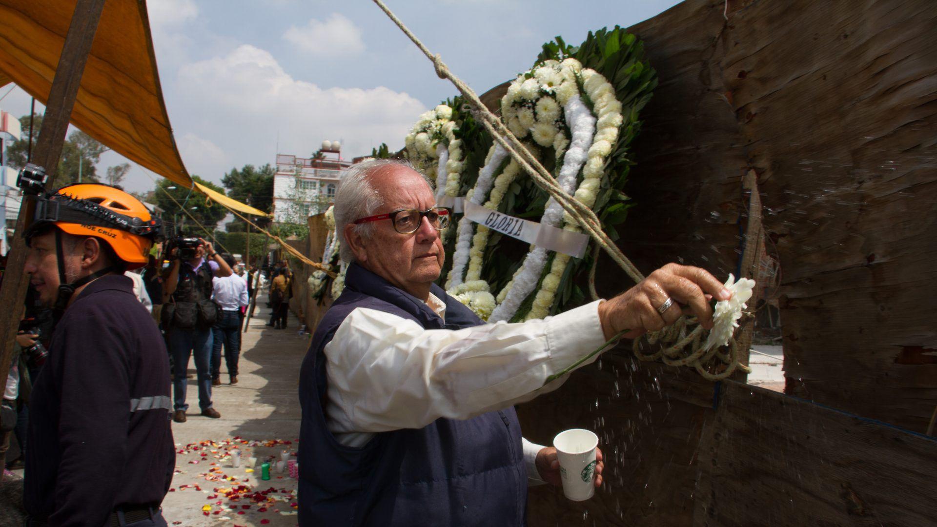 Frente a lo que alguna vez fue el colegio Rébsamen, familiares, vecinos y amigos realizaron una misa para recordar los dos años del sismo donde 26 personas, 19 de ellos niños, perdieron la vida en el lugar (Foto: Cuartoscuro)