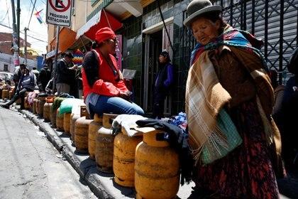 Un grupo de personas hace cola para rellenar los cilindros de gas debido a una planta bloqueada de gasolina de Senkata, en La Paz, Bolivia (REUTERS/David Mercado)