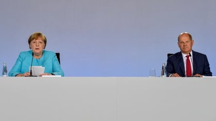 La canciller alemana Angela Merkel y el ministro Olaf Scholz en una rueda de prensa en Berlín (John Macdougall/Pool via REUTERS)
