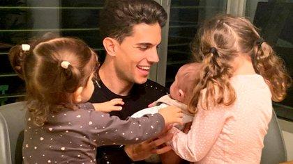 Marc Bartra junto a sus hijos