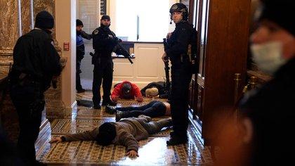 La policía del Capitolio detiene a los manifestantes fuera de la Cámara de Representantes (Drew Angerer/Getty Images/AFP)