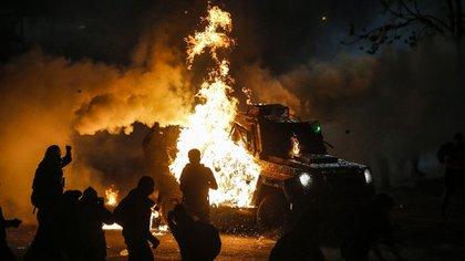 Un carro prendido fuego (JAVIER TORRES / AFP)