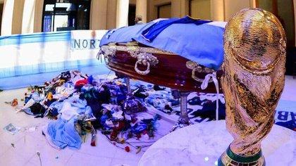 Símbolo: la réplica de la Copa del Mundo junto al ataúd de Diego en su funeral en la Casa Rosada.
