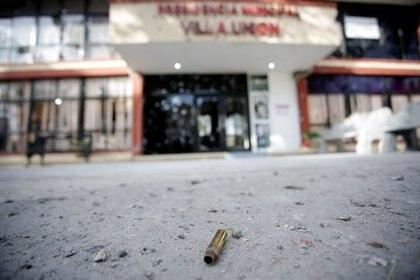 Un casquillo frente a la fachada del palacio municipal de Villa Unión ilustra la escena de  terror creada por el narco en dicho sitio (Foto: Reuters/Daniel Becerril)