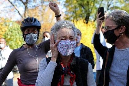 Una mujer emocionada en los festejos por la victoria de Joe Biden en el Central Park, Nueva York. REUTERS/Caitlin Ochs