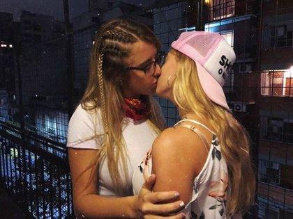 El beso de Nati Jota con su amiga