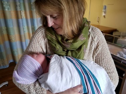 Sherrill Borsch con una de sus nietas, Alora (Reuters)
