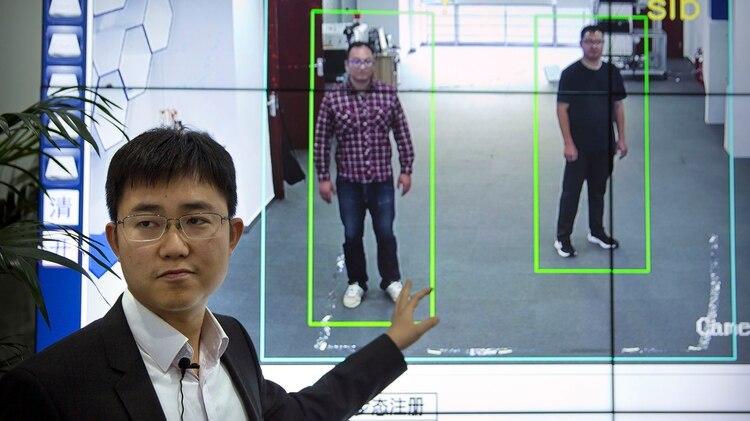 En China los avances de inteligencia artificial también son usados para el aparato de vigilancia estatal. Un software permite, además del reconocimiento facial, identificar a los ciudadanos según su forma de caminar (AP Photo/Mark Schiefelbein)
