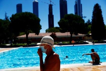 Foto del miércoles de un grupo de personas en una piscina en Madrid.  Jul 1, 2020. REUTERS/Susana Vera