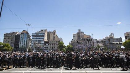 Los efectivos policiales intentando contener a la marea de gente en la avenida 9 de Julio (Adrián Escandar)