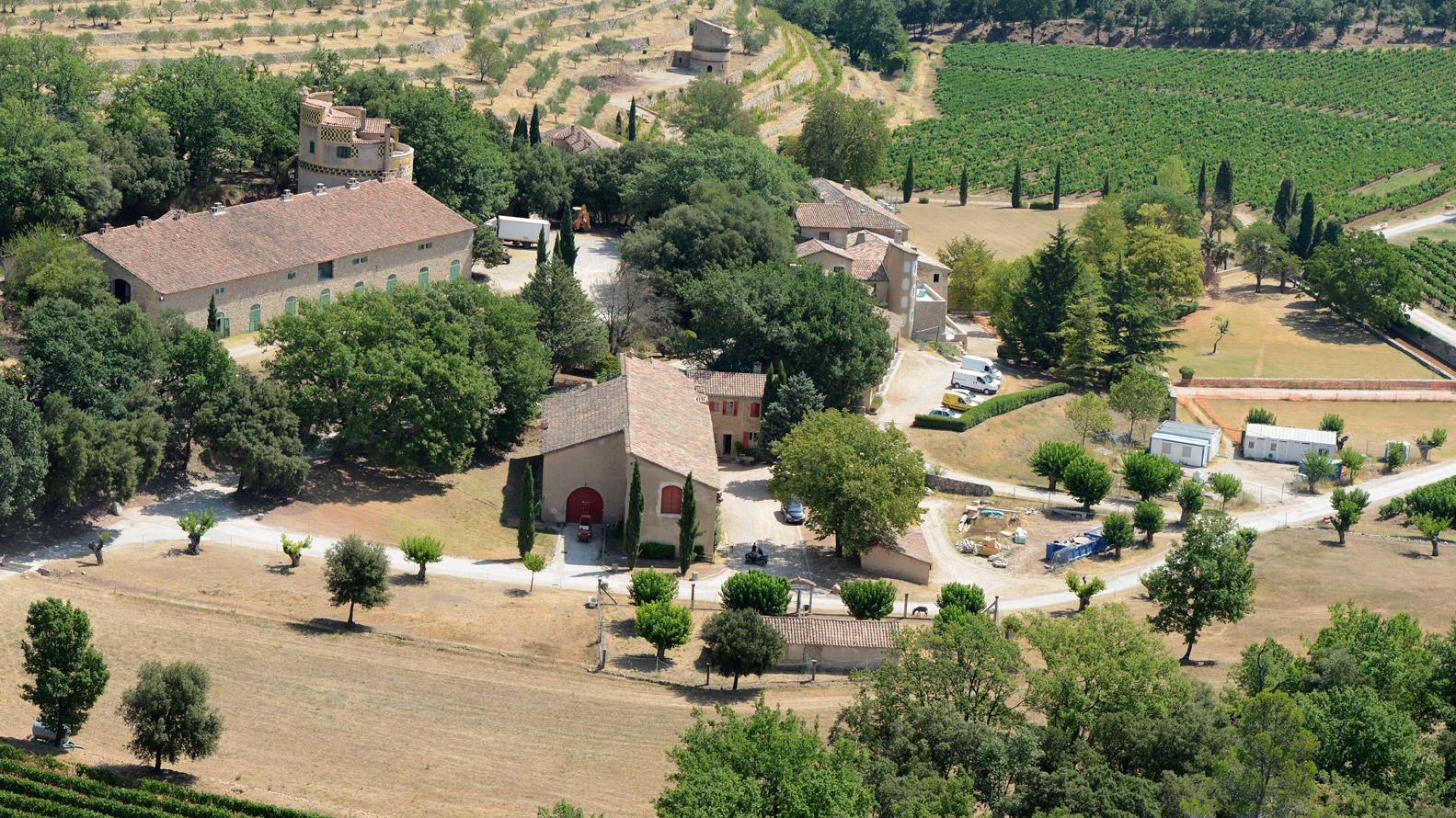 La  casa palaciega de 35 habitaciones del actor ubicada en el pueblo de Correns en el sur de Francia es donde él y su ex Angelina Jolie, de 45 años, han estado de vacaciones en el pasado y se han casado en 2014. (The Grosby Group)