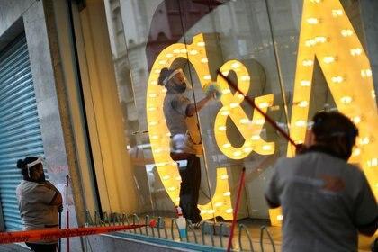 Imagen de archivo. Empleados lavan un escaparate durante el inicio de la reapertura gradual de las actividades comerciales en el centro de la Ciudad de México, a medida que continúa el brote de la enfermedad por coronavirus (COVID-19). México 30 de junio de 2020. REUTERS / Edgard Garrido