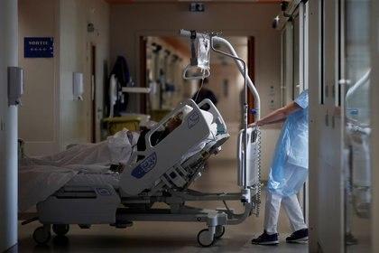 El personal médico trabaja en la Unidad de Cuidados Intensivos (UCI) donde se trata a los pacientes que sufren la enfermedad del coronavirus (COVID-19) en el hospital Melun-Senart, cerca de París, Francia. 20 de diciembre de 2020. REUTERS/Benoit Tessier