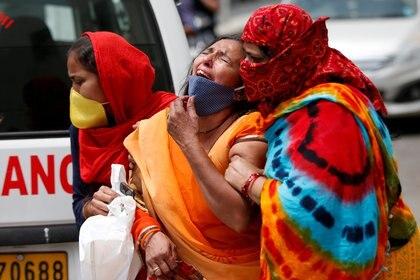 Un mujer llora por su marido muerto en Ahmedabad, India. REUTERS/Amit Dave/File Photo