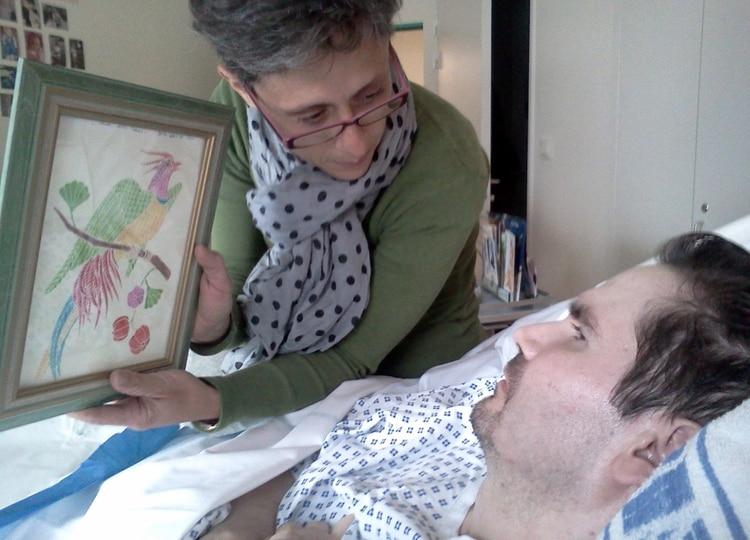 Foto de archivo de Vincent Lambert (dcha), en estado vegetativo desde 2008, con su madre Viviane en un hospital de Reims (Francia), el 25 de julio de 2013. (EFE/ Photopqr/l'union De Reims)