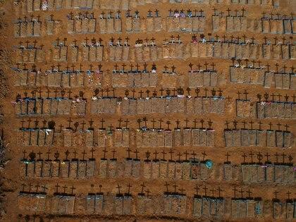 Vista cenital de las cruces que proyectan sombras en el cementerio de Parque Taruma, durante el brote de la enfermedad coronavirus (COVID-19), en Manaos, Brasil. 15 de junio de 2020. Foto tomada con un drone. REUTERS/Bruno Kelly/