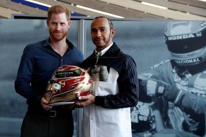 El príncipe nrique de Gran Bretaña y el campeón mundial de Fórmula Uno Lewis Hamilton en el circuito Silverstone, en Towcester, Gran Bretaña, 6 marzo 2020. REUTERS/Peter Nicholls/Pool
