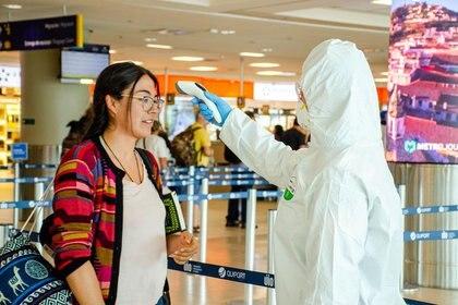 FOTO DE ARCHIVO. Funcionarios de salud del Aeropuerto Internacional de Quito realizan controles de temperatura corporal a los visitantes, como parte de las medidas de seguridad del brote de coronavirus, en Quito, Ecuador. 5 de marzo de 2020. Imagen proporcionada por un tercero. Ministerio de Salud Pública de Ecuador/vía REUTERS.