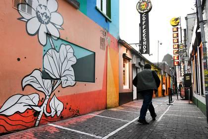 Un hombre pasa por delante de con coffe shop en Nimega (REUTERS/Piroschka van de Wouw)