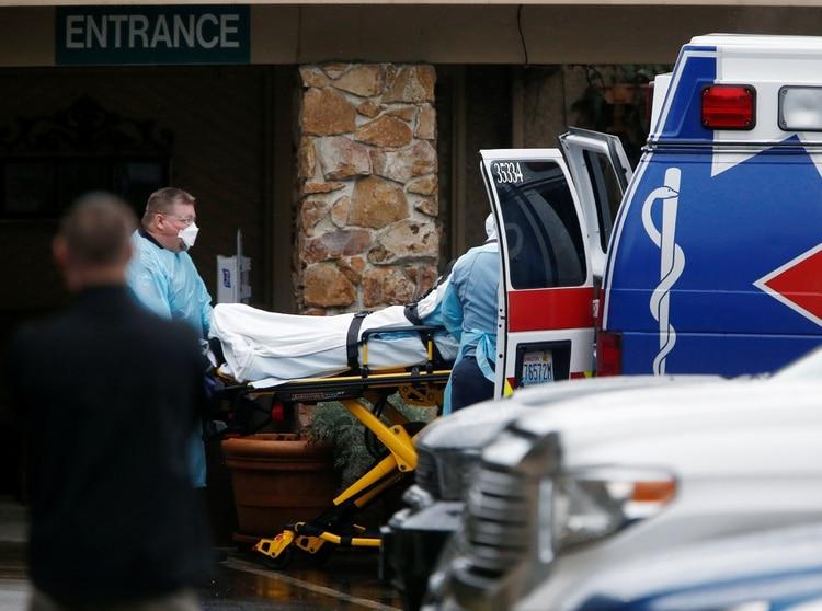 Los médicos cargan a una persona en una ambulancia en el Centro de Cuidado de la Vida de Kirkland el 6 de marzo de 2020 (REUTERS/Lindsey Wasson)