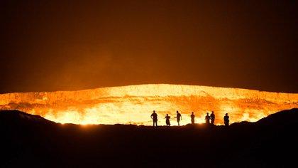 El inmenso cráter de 70 metros de diámetro por 20 de profundidad ardedesde 1971