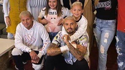 La foto familiar en la que Cardona dejó ver su vendaje en la muñeca derecha