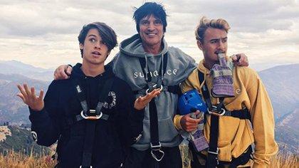 Tommy Lee junto a sus dos hijos, Dylan Jagge y Brandon Thomas Lee, fruto de su relación con Pamela Anderson