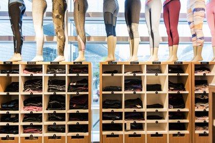 """Una exposición de pantalones elásticos de Lululemon en China. La empresa canadiense, que en 2019 adquirió """"Mirror"""", dueña de un """"espejo digital"""" para hacer gimnasia casera, fue la empresa cuyo valor de mercado más aumentó debido a la pandemia"""