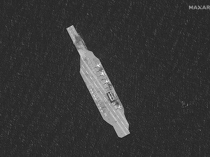Primer plano del modelo del portaaviones iraní que el régimen usa para intimidar maniobras contra Estados Unidos en el Estrecho de Ormuz (Reuters)