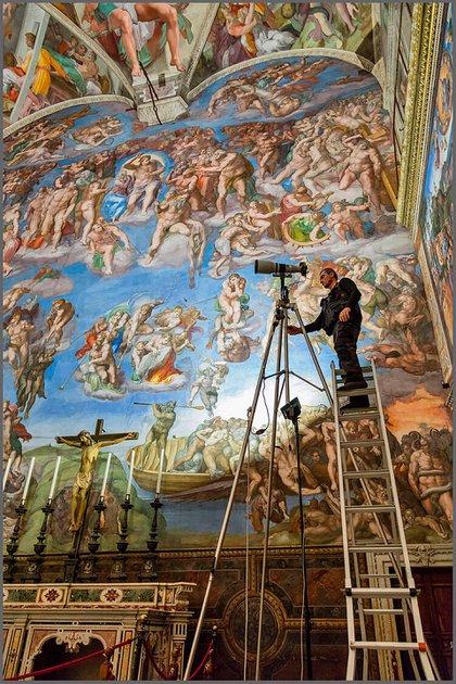 Parte del equipo trabajando en las 270.000 fotografías sobre las que se creó el libro de 22.000 dólares (Museos Vaticanos)