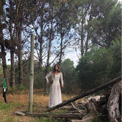 Romántico en total white en un bosque de Punta del Este
