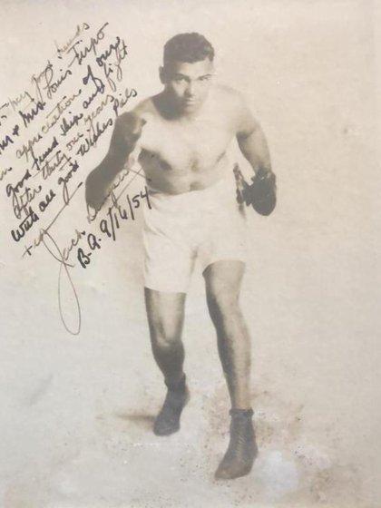 """Una foto que Dempsey le dio a Firpo durante su visita en el 54: """"Hey buenos amigos: Sr. Louis Firpo. Agradecido de nuestros buenos momentos de viajes y peleas luego de treinta y un años. Con los mejores deseos compañero. Jack Dempsey. 16 setiembre 1954""""."""