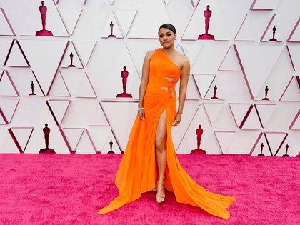 Ariana DeBose eligió un vestido color naranja de un solo hombro con detalles de drapeado y un gran tajo en la falda. Completó su look con sandalias doradas y una esclava de brillantes. Sus elegidos: Atelier Versace para el vestido, sandalias de Stuart Weitzman y joyas de Harry Winston