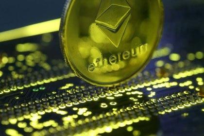 Imagen de archivo ilustrativa de una representación de la moneda virtual Ethereum sobre una placa madre de un computador personal (Reuters)