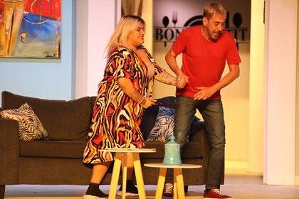 René Bertrand es el director de la comedia y el encargado de acompañar los primeros pasos de Morena en la actuación, ya que hasta aquí venía desarrollando una carrera como cantante