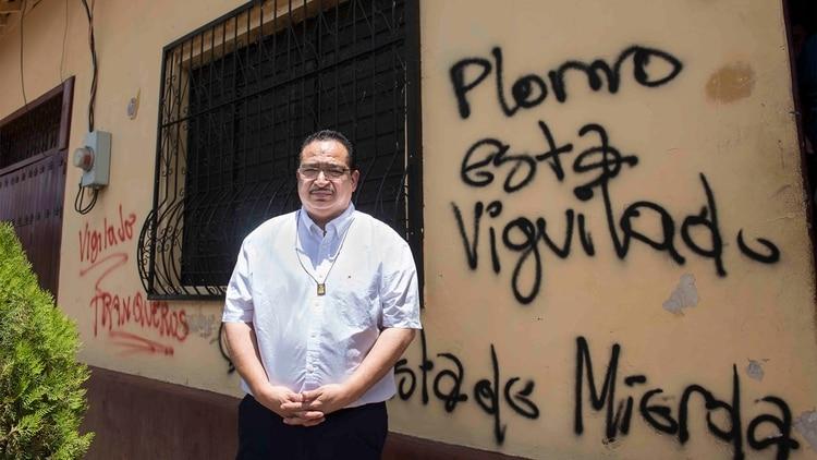 Tan pronto se anunció la visita de Toruño a su ciudad, León, paramilitares motorizados llegaron a hacer pintas amenazantes en las paredes de Radio Darío.