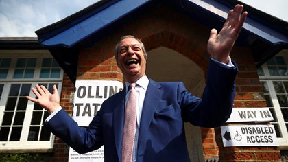 El líder del Partido Brexit, Nigel Farage, hace un gesto al abandonar un colegio electoral después de votar en las elecciones europeas, en Biggin Hill (Reuters/Archivo)
