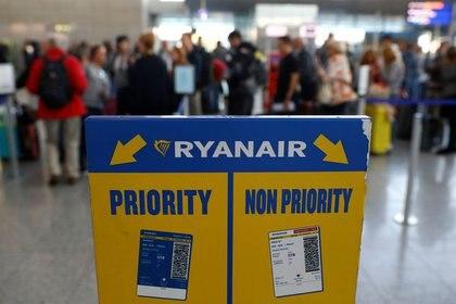 FOTO DE ARCHIVO. Pasajeros varados de la aerolínea de bajo costo Ryanair hacen cola para obtener vales de hotel o boletos nuevos durante las protestas y huelgas en toda Europa de los empleados de Ryanair en demanda de mejores condiciones de trabajo, en el aeropuerto de Fraport, en Fráncfort, Alemania. 28 de septiembre de 2018. REUTERS/Kai Pfaffenbach.