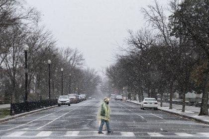 Una mujer cruza la calle en Washington DC (ANDREW CABALLERO-REYNOLDS / AFP)