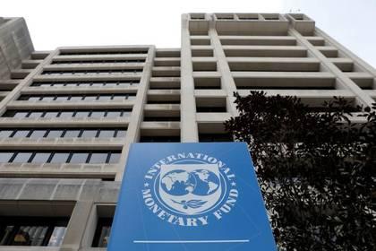 FOTO DE ARCHIVO: El logo del FMI en las oficinas centrales de la entidad en Washington, el 8 de abril de 2019. REUTERS/Yuri Gripas