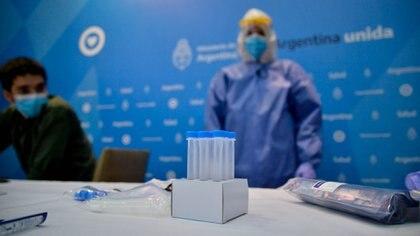 Los tubos de muestra para mezclar las solución reactiva con la mucosa extraída del hisopado