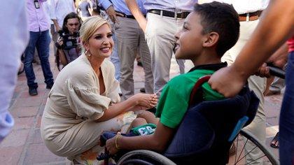 La asesora de la Casa Blanca saluda a un niño discapacitado durante una visita a un centro para migrantes venezolanos en Cúcuta, Colombia, el 4 de septiembre de 2019. (Reuters)