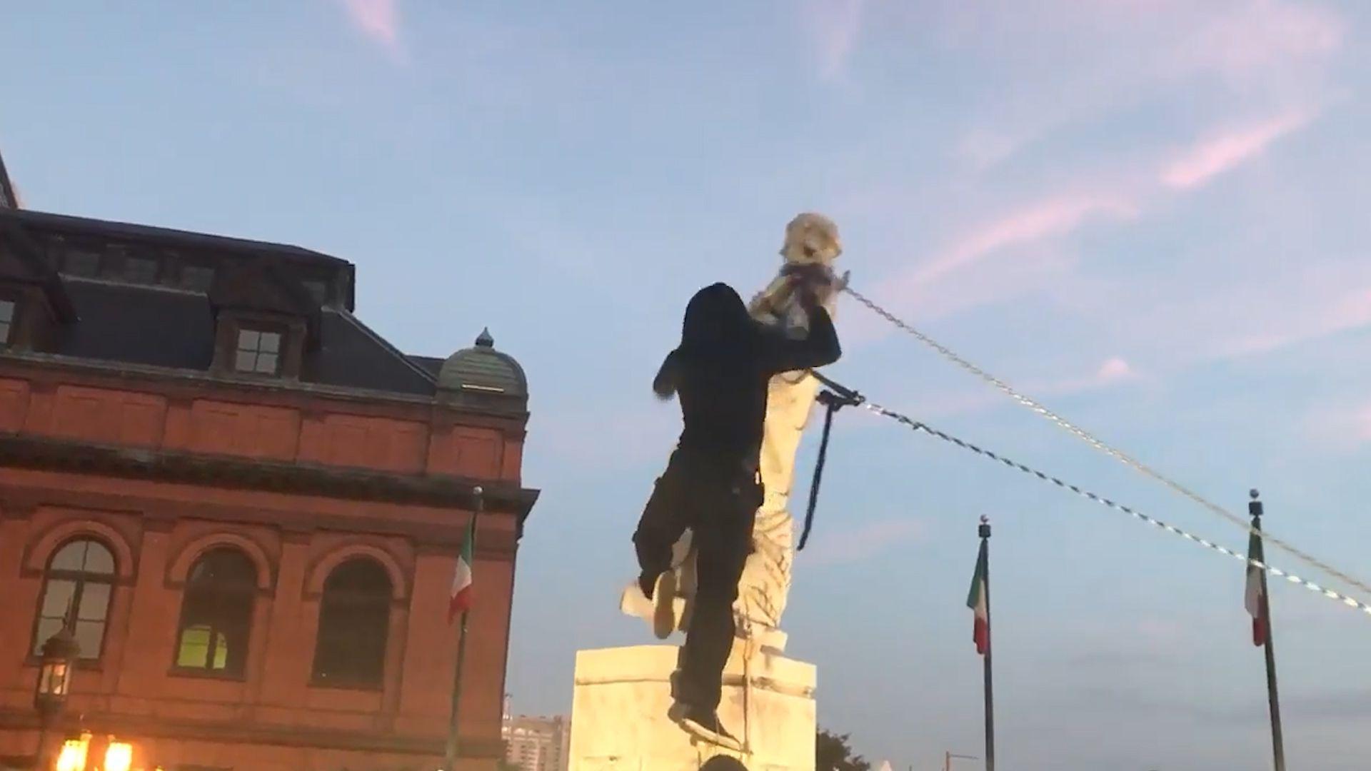 Derriban estatua de Cristóbal Colón en Baltimore