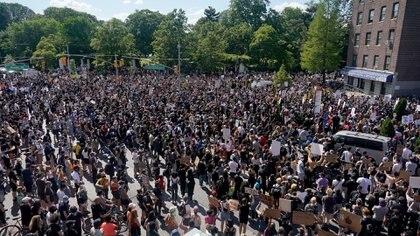 Manifestantes en un mitín en Nueva York el 30 de mayo de 2020. En todo EEUU, los alcaldes, expertos en salud pública y otros funcionarios se preocupan de que, aunque muchos manifestantes lleven máscaras, el riesgo de nuevos casos de coronavirus aumente a medida que se reúnan miles de personas (Chang W. Lee/The New York Times)