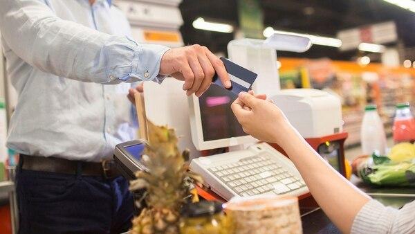 Aunque se espera que sea en forma espaciada, los especialistas esperan un traslado de la devaluación a los precios de consumo masivo (Getty)