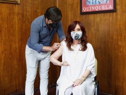 Nicolás Kreplak le aplicó a Cristina Kirchner la primera dosis de la vacuna Sputnik V (EFE/ Charo Larisgoitia Frente De Todos)