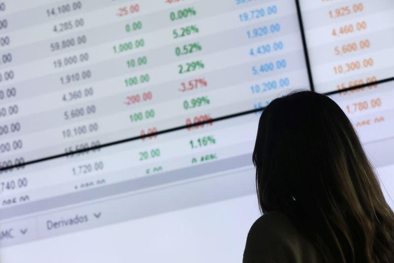 Foto de archivo. Una mujer observa las cotizaciones en una pantalla de la Bolsa de Valores de Colombia, en Bogotá, Colombia, 1 de febrero, 2019. REUTERS/Luisa González